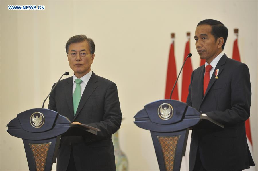 Indonesian President Joko Widodo (R) and South Korean President Moon Jae-in attend a joint press conference in Bogor, Indonesia on Nov. 9, 2017.