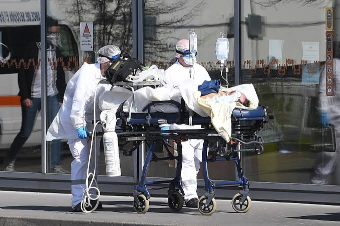 As virus deaths surge, US struggles to define containment strategies